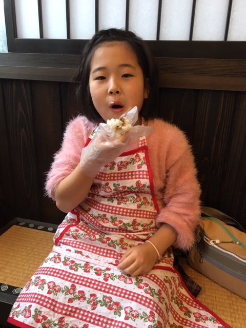 ご飯を美味しそうに食べる子供たち